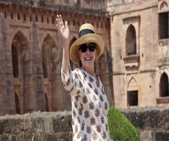पांव के बाद राजस्थान में हिलेरी के हाथ में आई मोच, महेश्वर को कहा अलविदा