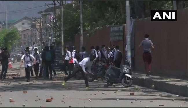 जम्मू-कश्मीर: बांदीपोरा दुष्कर्म मामले के विरोध में हिंसक प्रदर्शन, पुलिस ने दागे आंसू गैस के गोले