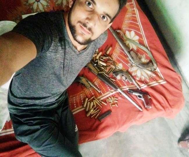 स्वतंत्रता दिवस से एक दिन पूर्व हैंड ग्रेनेट व हथियारों के जखीरे के साथ युवक का फोटो वायरल Bagpat News