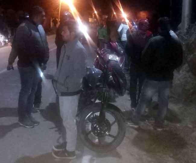 तेज रफ्तार बाइक बिजली पोल से टकराई, युवक का सिर धड़ से हुआ अलग