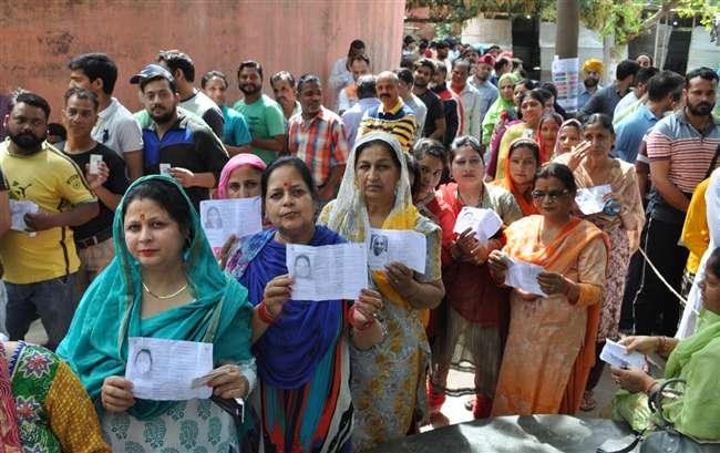 Election 2019: लोकतंत्र के उत्सव में नारी शक्ति का जयघोष, जम्मू-पुंछ संसदीय सीट पर महिलाओं ने किया अधिक मतदान