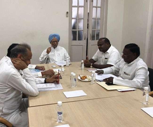 दिल्ली में कांग्रेस शासित राज्यों के मुख्यमंत्रियों के साथ डॉ. मनमोहन सिंह ने की बैठक