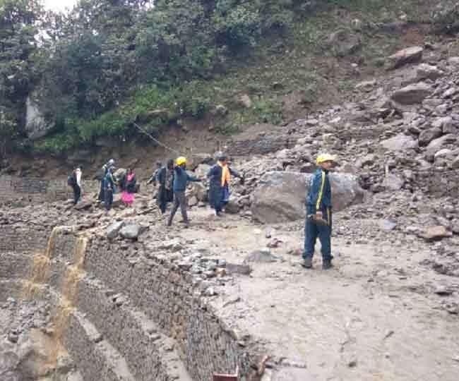 केदारनाथ मार्ग पर बढ़ा खतरा, गौरीकुंड हाईवे पर पहाड़ी से पत्थरों की बरसात; नौ जिलों में अलर्ट