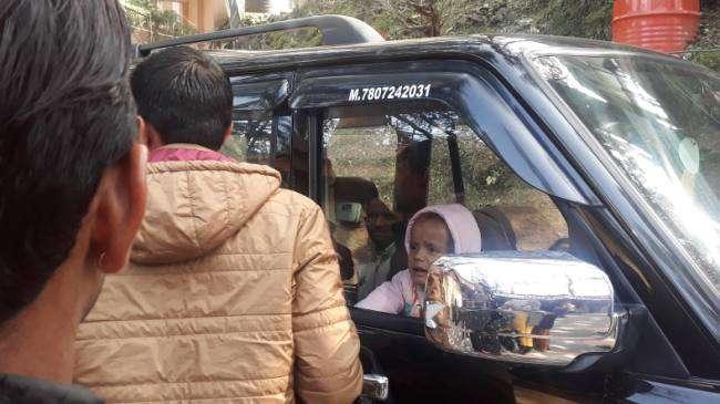 पिता की लापरवाही से गाड़ी में बंद हुआ बच्चा, इस तरह बची जान