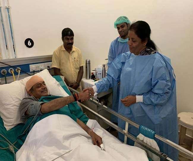 सियासी घमासान के बीच घायल शशि थरूर से मिलने पहुंची रक्षा मंत्री, पेश की मिसाल