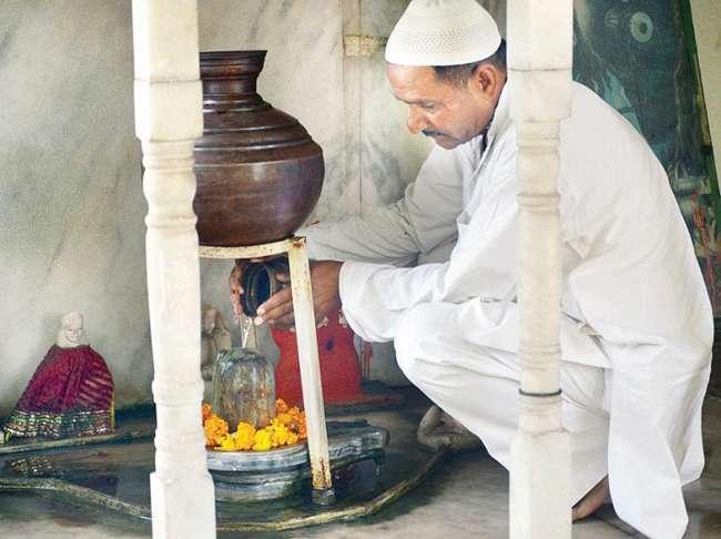 नेता ही करें अली-बजरंगबली में भेद, ये जनाब नमाज पढ़ने के बाद करते हैं मंदिर में रामायण पाठ