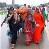 काशी में टूट गईं परंपराओं की बेड़ियां जब अर्थी को थाम लीं बहू और बेटियां varanasi news