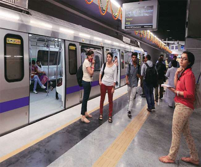 AAP student wing demands free rides for students in Delhi Metro