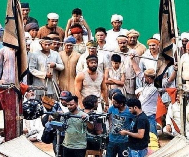 In Pics | Ranbir Kapoor flaunts heavy beard and chiseled biceps in leaked pics from 'Shamshera' sets