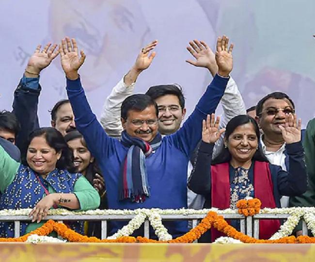 Arvind Kejriwal invites PM Modi to his swearing-in ceremony on Feb 16