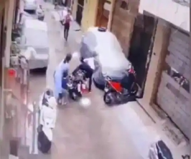 Caught on Camera: Mother saves 4-year-old daughter from bike-borne kidnappers in Delhi