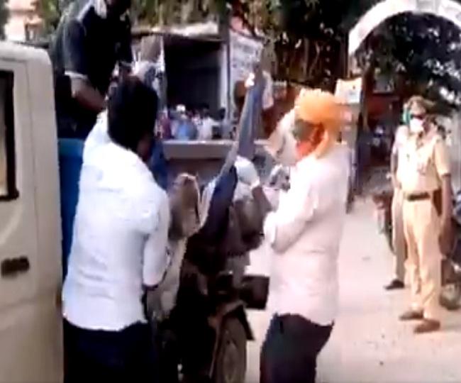 Shocking: Dead body dumped in garbage van on COVID-19 suspicion in UP's Balrampur, 7 suspended
