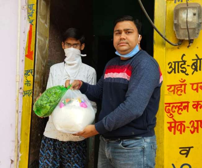 Positive India: Youths of Rajasthan's Bayana town delivering essentials goods to needy people at their doorsteps