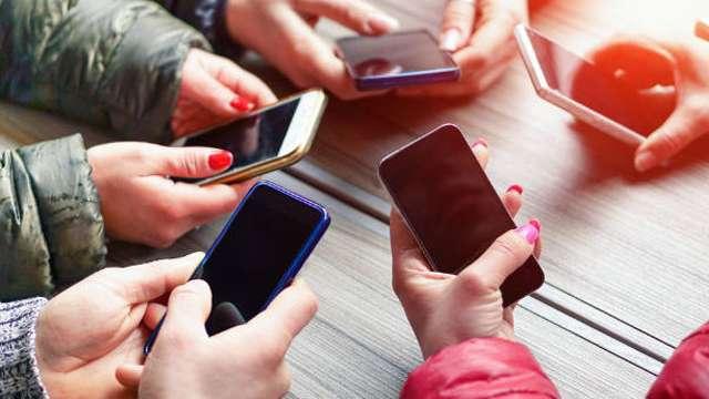 स्मार्टफोन के लगातार इस्तेमाल से हो सकती है यह बीमारी, इस तरह करें बचाव