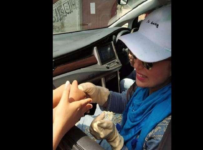 Mimi Chakraborty का चुनाव के दौरान मतदाताओं के साथ ग्लब्स पहनकर हाथ मिलाने का Photo Viral