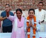 मां को अयोग्य घोषित किए जाने के बाद बेटी ने संभाली चुनाव की कमान