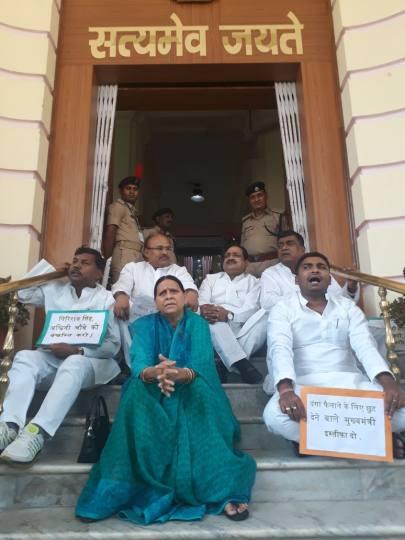 सदन से वाकआउट, पूर्व मुख्यमंत्री राबड़ी देवी ने विधान परिषद के गेट के सामने दिया धरना
