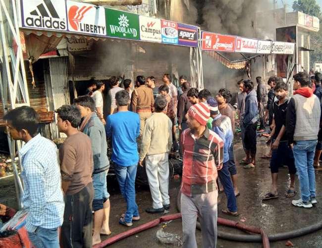 लखनऊ में कपड़े के शो रूम में आग लगने से बड़ा नुकसान