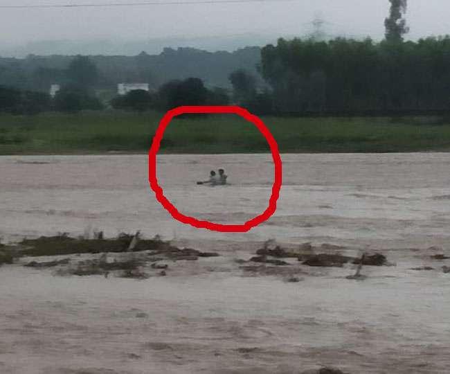 बारिश से उफान पर आर्इ आसन नदी, अलग-अलग जगह फंसे सात लोग; रेस्क्यू
