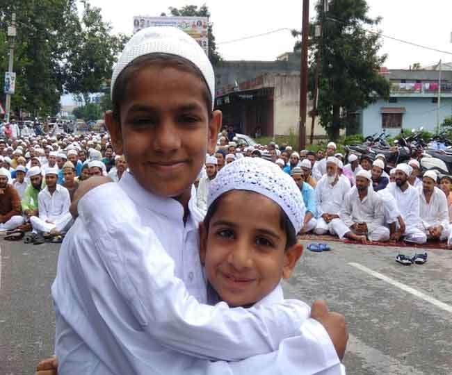 मुल्क की शांति को पढ़ी ईद की नमाज, केरल बाढ़ पीड़ितों को मदद अपील