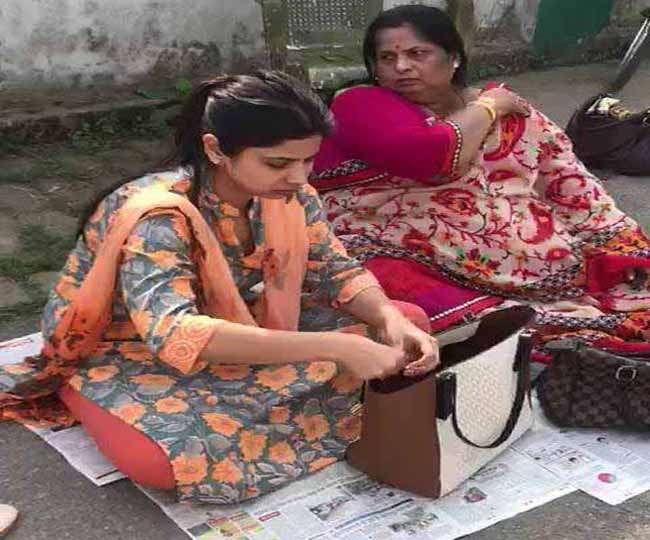 बिहार: DM ने कोर्ट में दी है तलाक की अर्जी, घर के बाहर धरने पर बैठी पत्नी, जानिए