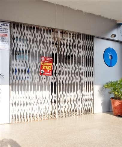 बैंक अफसरों की हड़ताल से कामकाज ठप, पांच सौ करोड़ रुपये का हुआ नुकसान