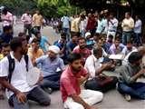 आरक्षण को लेकर छात्रों ने किया सेंट्रल आफिस बीएचयू का घेराव, प्रशासनिक अधिकारी मौके पर Varanasi news