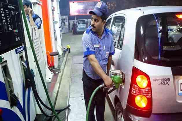 पेट्रोल-डीजल पर एक्साइज ड्यूटी कम न करना केंद्र की रणनीति या राजनीतिक ''मजबूरी''