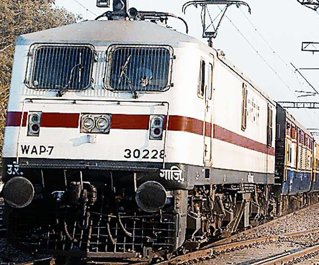 हापुड़ में रेलवे क्रॉसिंग के पास ट्रेन के इंजन की चपेट में आकर छह की मौत