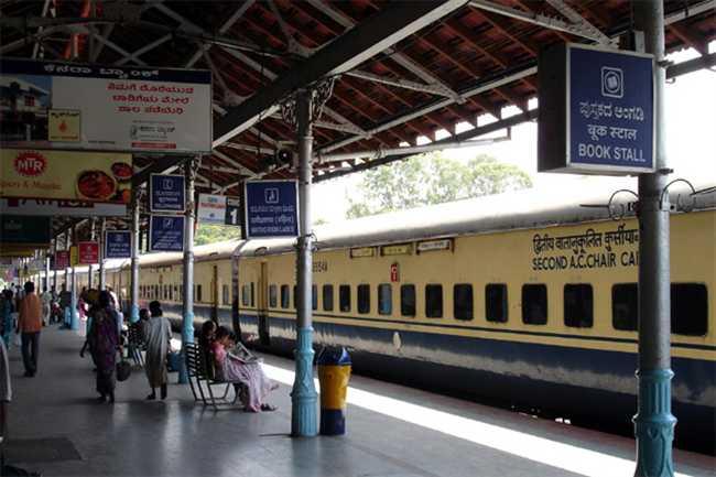 Image result for इंडियन रेलवे की इस ट्रेन में आपको मिलेगी फूड वेंडिंग मशीन