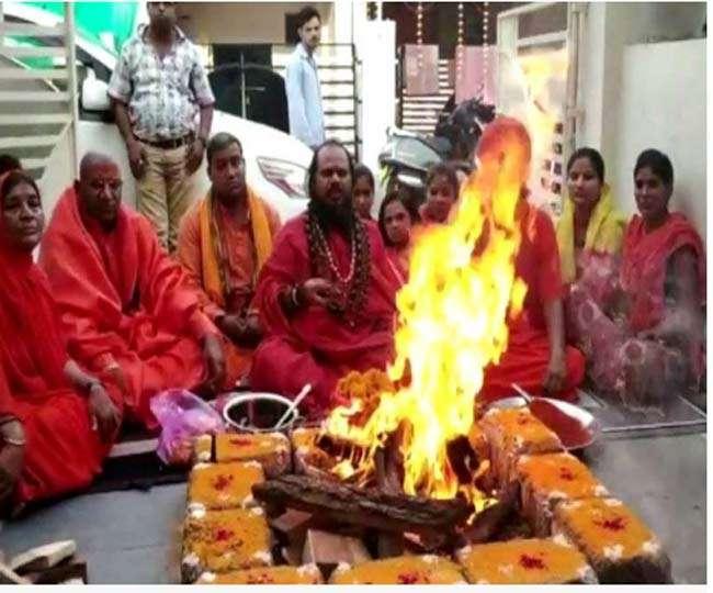 दिग्विजय सिंह के लिए यज्ञ का आयोजन पड़ा भारी, अखाड़े ने दिखाया बाहर का रास्ता
