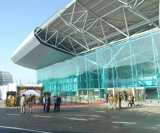 सीमा शुल्क विभाग ने श्री गुरु राम दास जी इंटरनेशनल एयरपोर्ट से एक भारतीय नागरिक से 8450 स्टर्लिंग पौंड और 1500 यूरो बरामद किए