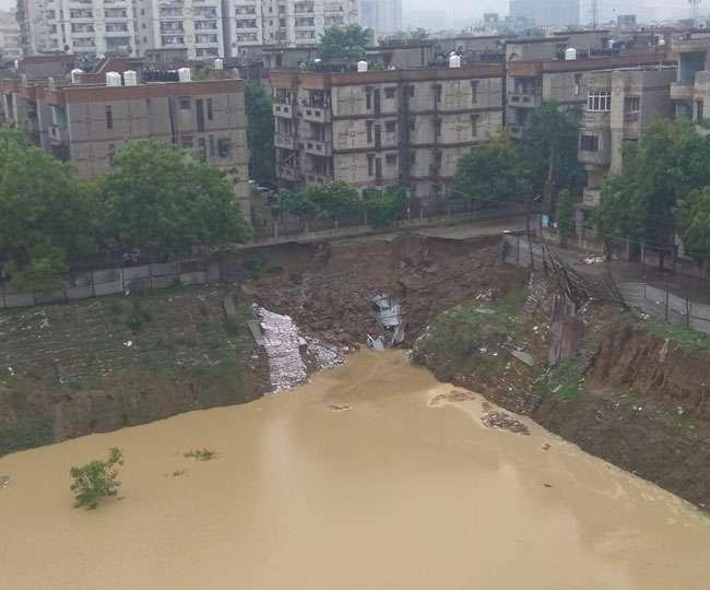 बारिश का कहर: गाजियाबाद में सड़क धंसने से दो सोसाइटी के 80 फ्लैटों पर खतरा