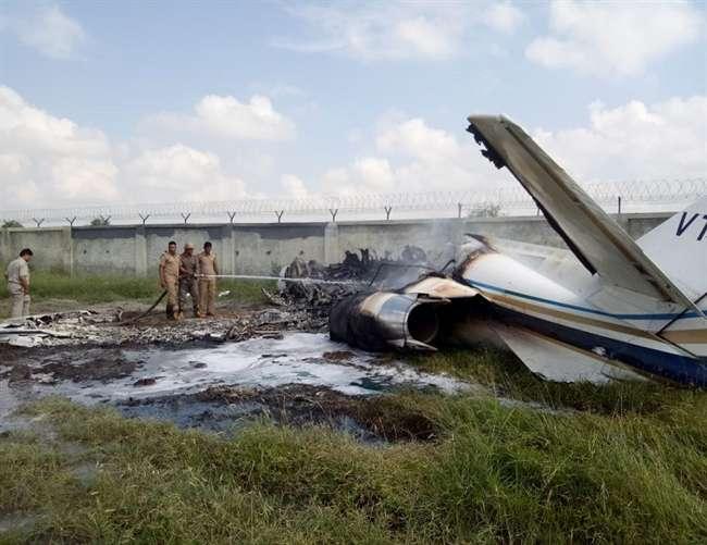 अलीगढ़ में लैंडिंग के दौरान आग से चार्टर्ड प्लेन खाक, दोनों पायलट सहित सभी छह लोग सुरक्षित