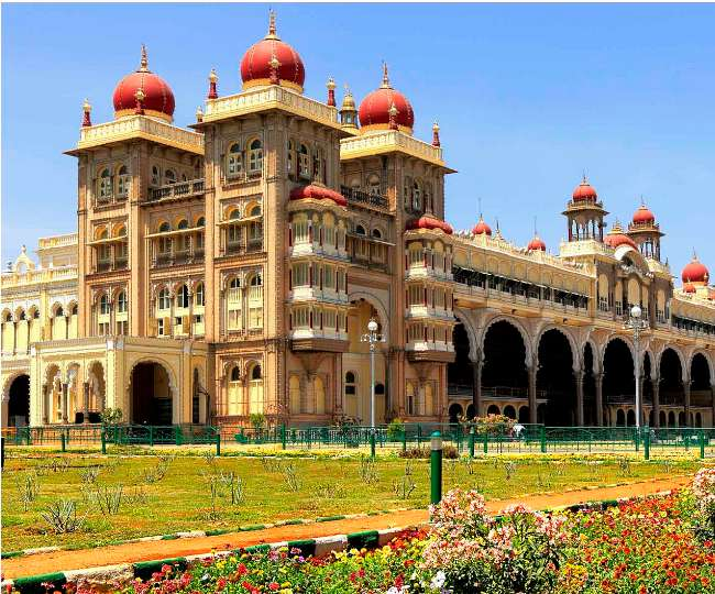 मैसूर महल की खूबसूरती और भव्यता को देखने देश-विदेश के पर्यटकों की लगती है भीड़