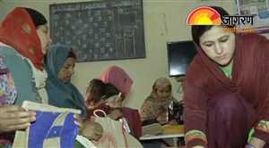भक्तों के लिए प्रसाद का बैग बना रही हैं ये कैदी महिलाएं