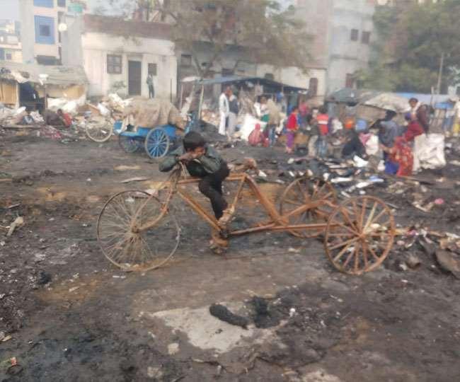 सूचना पर पहुंची दमकल की पांच गाड़ियों ने आग पर 45 मिनट में पाया काबू।