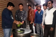 खुद संघर्ष करने वाले लोग मजदूरों को खिला रहे हैं भोजन