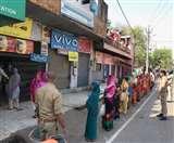 Agra Lockdown Update Day 8: राशन वितरण में दिख रहा CoronaVirus से जंग का जज्बा, दूरी और सेनेटाइजेशन का ख्याल