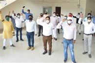 विद्युत कर्मचारियों ने काली पट्टी बांधकर जताया विरोध