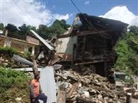 गहरी नींद में पांच भाईयों का मकान टूटा, भागकर बचाई जान