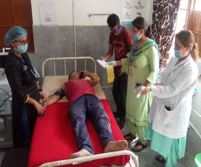 Road accident:जोगेंद्रनगर-सरकाघाट मार्ग से लुढ़के ट्रैक्टर की चपेट में आने से महिला की मौत, दो लोग घायल