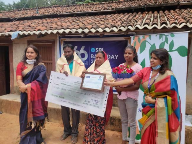 SBI gave support to Nikki Pradhan of Khunti and Salima Tete of Simdega - Jharkhand khunti Local News