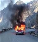 चलती कार बनी आग का गोला, तीनों सवार सुरक्षित
