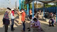 मालगाड़ी से झारखंड जा रहे 62 लोगों को उतारा