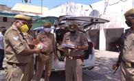 पुलिसकर्मियों को मास्क व सैनिटाइजर किए वितरित