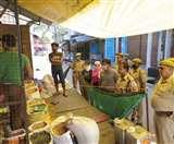 Lucknow Lockdown day 9 : ग्राहक बनकर पहुंचीं महिला कांस्टेबल, दुकानदारों ने मांगी माफी
