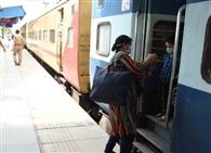 फरीदाबाद व बल्लभगढ़ स्टेशन पर पांच ट्रेनें रुकी