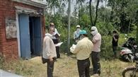 किसानों की शिकायत पर जांच को पहुंची टीम