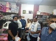भाजपा कार्यकर्ताओं ने मास्क व सैनिटाइजर बांटे